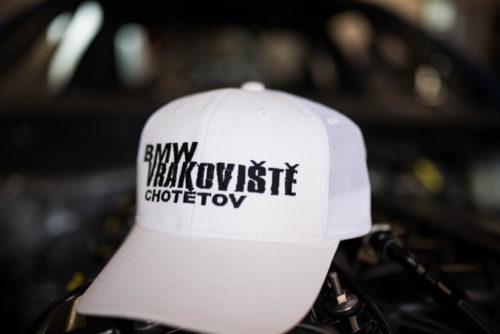Bílá kšiltovka BMW Vrakoviště Chotětov Tirekiller Evo 3 ohnutý kšilt