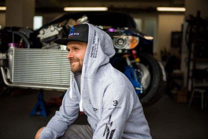 Pánská mikina BMW VRAKOVIŠTĚ CHOTĚTOV šedá s kapucí